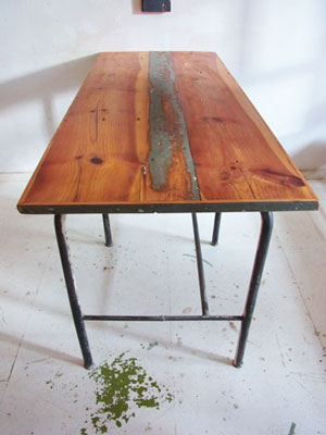 Charmant Industrial Table .